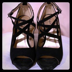 Quipid size 8 Black four inch heels